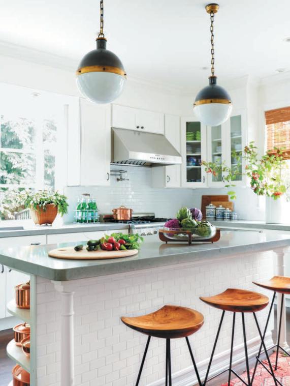 Серебряные, золотые и медные акценты облагораживают простую кухню. Деревянные стулья и жалюзи служат теплым, естественным нейтральным элементом, объединяющим три вида металлов.
