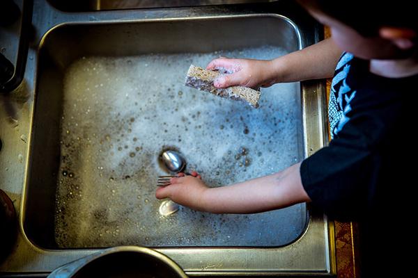 А ваш ребенок знает, как мыть посуду без посудомойки?