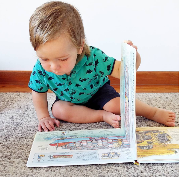 Книга Стивена Бисти понравится любопытному малышу и удивит взрослого. Привычные вещи в ней показаны с незнакомой стороны и выглядят совершенно необыкновенно. Настоящие, а не выдуманные чудеса!