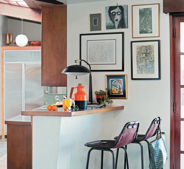 Не отправляйте все свои картины в ссылку в гостиную: небольшие произведения искусства поместятся где угодно, и гости будут гораздо терпеливее в ожидании блюд, если смогут занять себя рассматриванием чего-нибудь интересного.