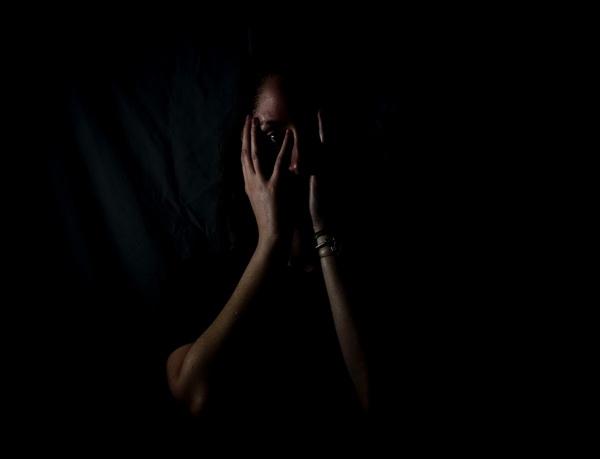 Люди, живущие в постоянном страхе, убеждены, что всё вокруг представляет угрозу.