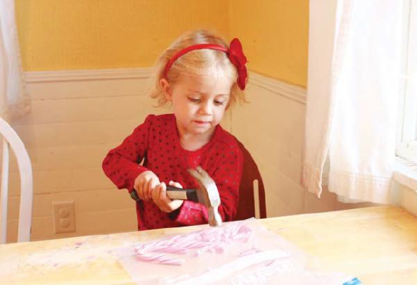 Положите леденцы в плотный пластиковый пакет. Пакет положите на плотную подложку (толстый слой газет или деревянную разделочную доску). Дайте детям поработать молотком.