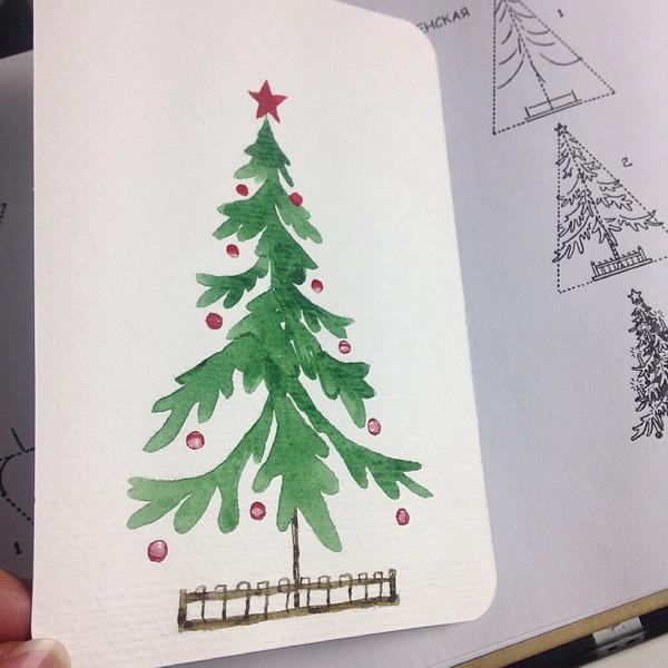 Украсьте елку шарами, свечами или гирляндами.