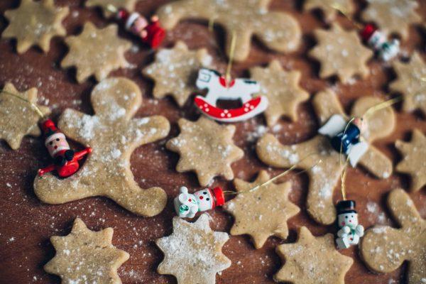 Среди фаворитов, конечно, имбирное печенье, которое символизирует новогодние праздники. Купите или найдите формочки и сделайте разные печенья и прянички: звездочки, колокольчики, белки, домики.