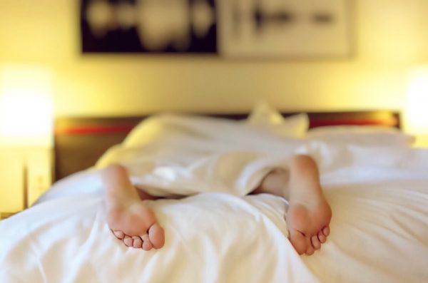 Однажды исследователи пригласили студентов, у которых не было никаких проблем со сном, и разделили их на две группы. Первую группу попросили заснуть в рекордное время, вторую — заснуть, когда они пожелают.
