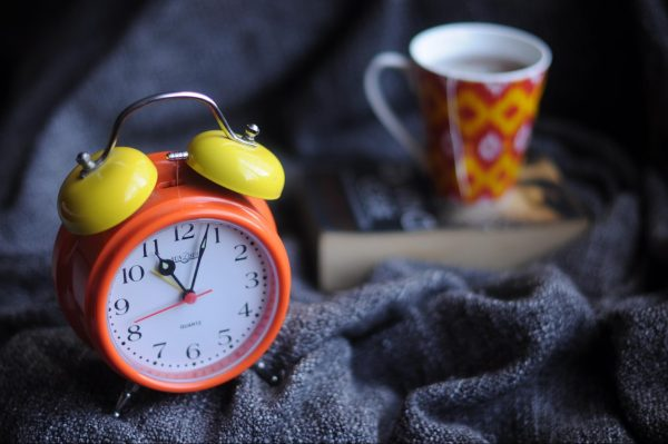 Одна из причин, почему сразу после сна мы берем в руки телефон, — встроенный в него будильник. У этой проблемы есть несколько решений. Бесплатный вариант: не используйте будильник.
