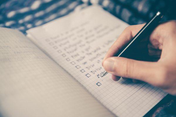 Как бы банально это ни звучало, но начните с составления списка дел. Запишите на бумаге все задачи, которые вам необходимо выполнить — по работе, личные дела, задачи по дому и так далее. Как только вы выписали всё, что должны сделать, начните планировать