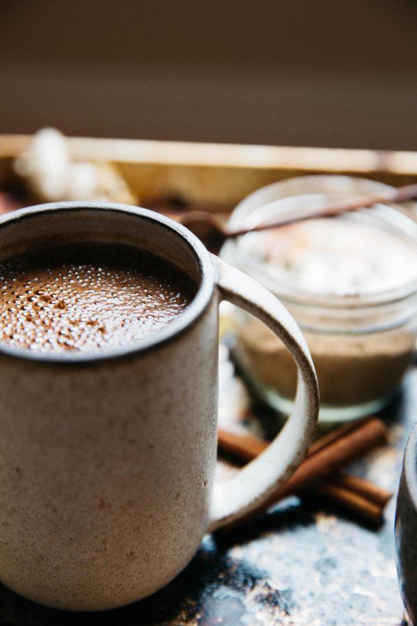 Зима — самое время для горячего какао. Открываем книгу «Мам, дай фартук» и готовим вместе.