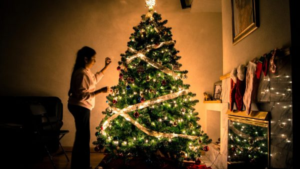 Секрет волшебной праздничного атмосферы — правильный свет. Американский декоратор Альберт Хэдли советует: «Я стараюсь избегать потолочного освещения, потому что считаю, что любой верхний свет — это трагедия».