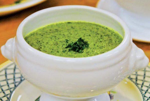 Налейте в кастрюлю овощной бульон, добавьте туда капусту, картофель, лук, и семена укропа. Варите около 15 минут на среднем огне. Пюрируйте суп погружным блендером. Добавьте молоко, горчицу, белый перец. Дайте закипеть. Подавайте горячим