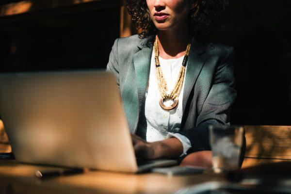 Постарайтесь по возможности соблюдать «час тишины» каждый день в одно и то же время, чтобы натренировать свой мозг, а также комфортно работать с коллегами