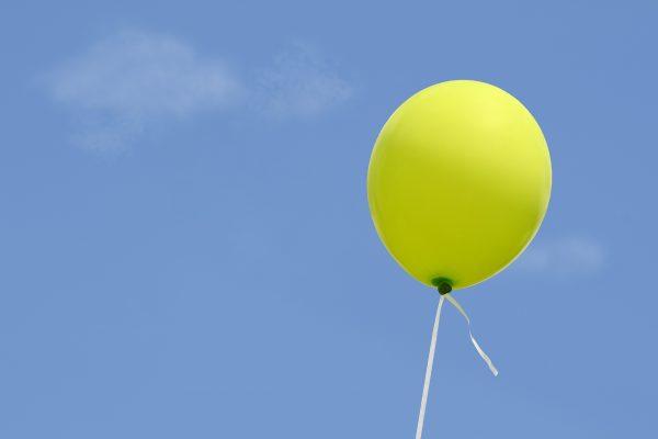 Шар с гелием взмывает в облака, потому что гелий легче воздуха