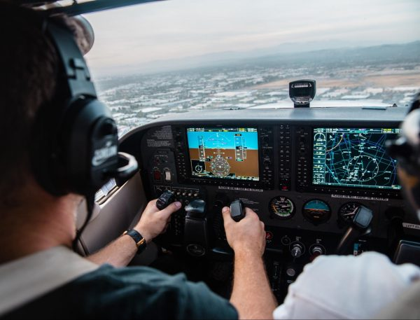 В конце 2009 года произошел нашумевший инцидент, когда два пилота на автопилоте (не в переносном значении) пролетели мимо аэропорта Миннеаполиса более чем на 160 километров. Они просто уткнулись в свои ноутбуки и отвлеклись.