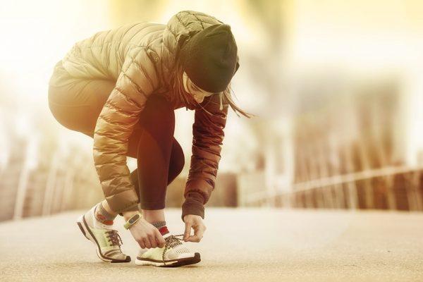 Лучше не давать зарока выходить на пробежку каждое утро, а начать бегать после работы по привычному маршруту от метро до дома и один раз в неделю устраивать полноценный кросс.
