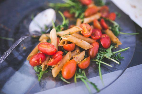 Сварите пасту по инструкции на упаковке, желательно до состояния аль денте. Смешайте в большой миске помидоры, чеснок, и лайм. Добавьте пасту и аккуратно перемешайте. Посолите и поперчите по вкусу