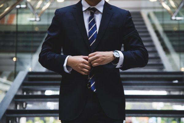 Когда всё идёт отлично, успешные руководители смотрят в окно, чтобы приписать успех факторам, которые не имеют к ним отношения. В то же время они смотрятся в зеркало, когда говорят об ответственности, никогда не списывая свои проблемы на невезение.