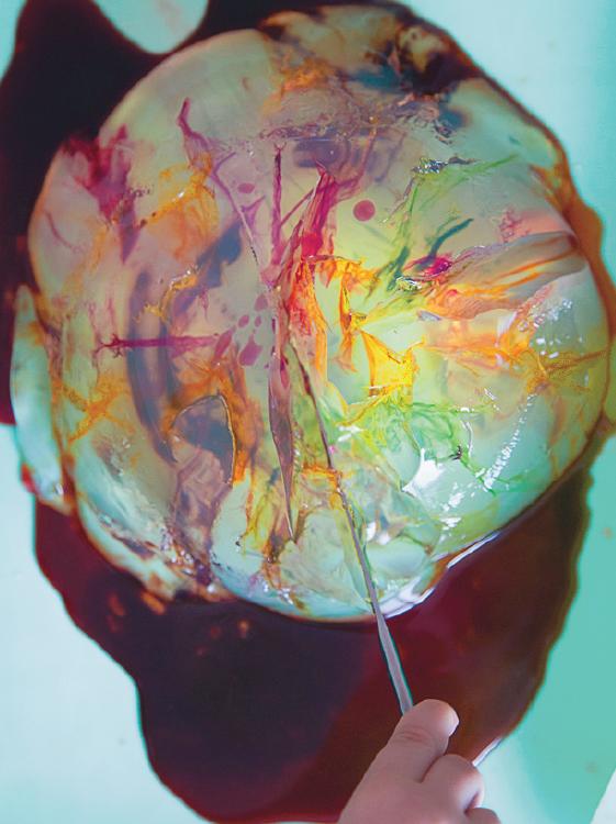 Чем красить. Краска понадобится жидкая — разведите в воде пищевые красители или гуашь (только без комочков, иначе они забьют иглу и ничего не получится).