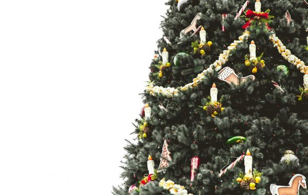 Разбавьте сладкий хоровод палочками корицы, соцветиями гвоздики и засушенными в духовке ломтиками апельсина. Такая елка источает безумный пряный аромат, который разбудит спящее праздничное настроение.