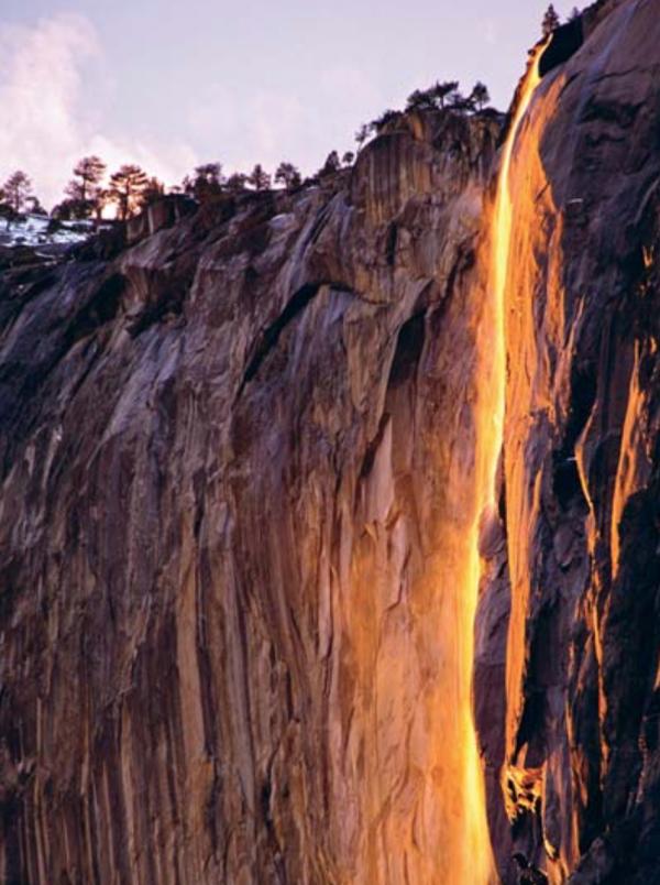 Каждый день во второй половине февраля посетители национального парка Йосемити в течение 10 минут наблюдают, как с 610-метрового обрыва низвергаются потоки огня