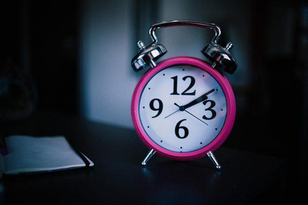 Регулируйте не время пробуждения, а время отхода ко сну. Если вам нужно подниматься с кровати в определенное время, ставьте будильник, однако ложитесь спать за девять часов до того, как он сработает