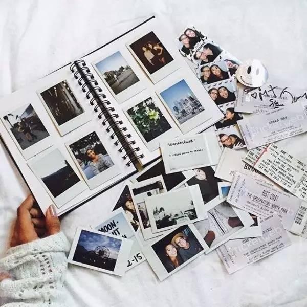 С обилием соцсетей мы реже распечатываем фотографии. А ведь рассматривать альбомы, перелистывать страницы и вместе предаваться воспоминаниям гораздо приятнее. Выберите 10-20-30 фотографий, которые были сделаны в этом году, распечатайте, купите альбом или сделайте его сами
