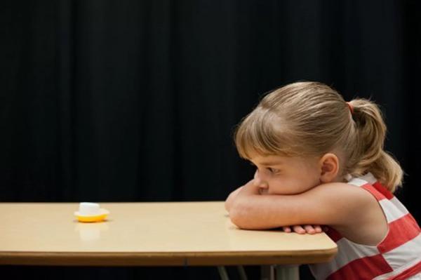 Провели такой же эксперимент, но только в этом взрослый не держал свое слово. Перед тестом экспериментатор обещал принести мелки для рисования, но возвращался с пустыми руками. А когда во время теста просил подождать 15 минут и обещал принести вторую зефирку, то почти все дети съедали свою зефирку сразу.