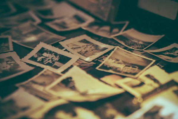 Когда еще вспоминать семейные истории, если не в новогодние каникулы? Смахните пыль с фотоальбомов и приготовьтесь слушать: пусть старшие родственники расскажут о том, как проходило их детство, как отмечали праздники, о чем мечтали и что получали в подарок. Может быть, какие-то традиции вам захочется возродить.