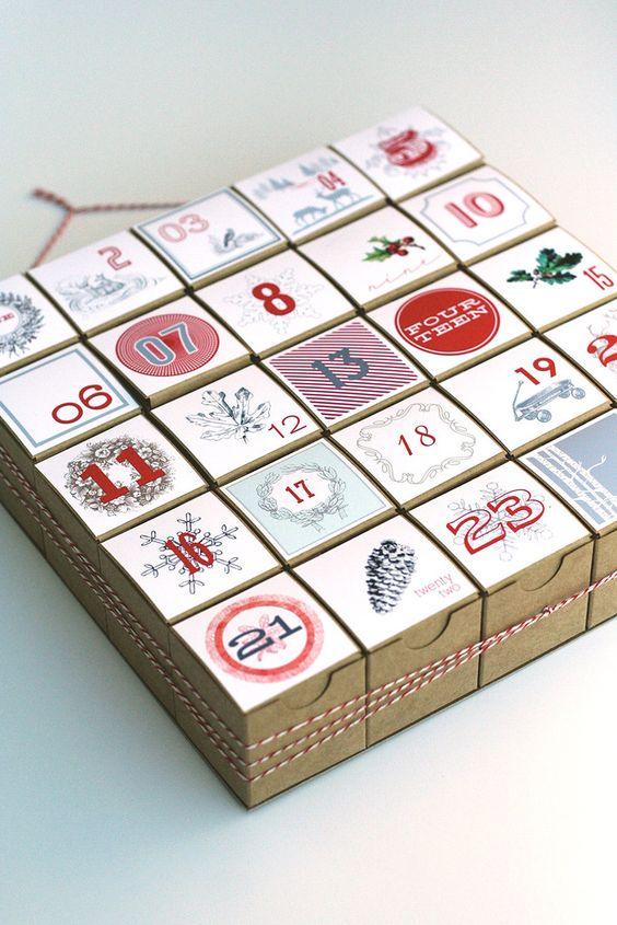 В кармашках могут быть подарки или задания. Например, конфеты, печенье, фигурные пряники, орешки, шоколадки, пазлы, книги про Новый год, билет на елку, в цирк, в кино или на спектакль