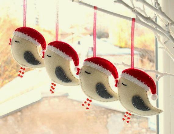 Вырежьте туловище из плотного картона и сделайте в нём прорезь. Для крыльев возьмите цветную бумагу или кальку, сложенную гармошкой. Туловище птицы разрисуйте как хочется. Птиц можно повесить на карниз окна, на люстру или ёлку.