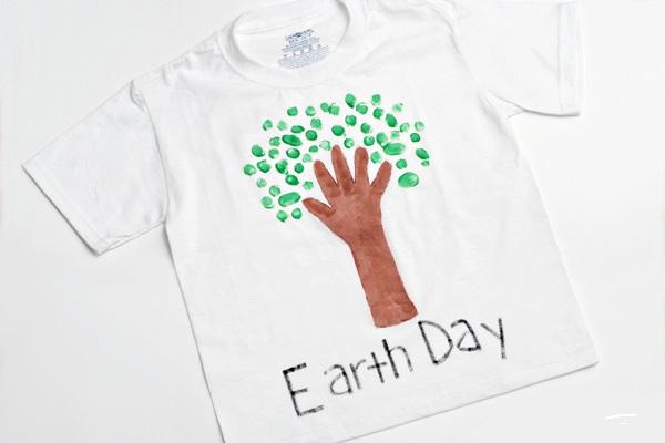 Это отличная идея по превращению детского рисунка в модную вещь! Ребенок рисует объемными красками на футболке.Тема рисунка — что-то, что он любит делать вместе со своим другом, которому собирается подарить эту футболку (играть в баскетбол, читать, готовить печенье).
