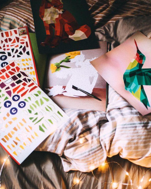 А еще можно подарить альбом для создания картин из стикеров. Принцип действия похож на раскраску по номерам, только вместо красок — цветные наклейки