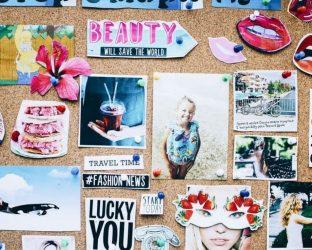 Moodboard — это доска настроения. На ней умещается всё, что вас вдохновляет в печатном виде: фотографии, открытки, наклейки, иллюстрации, фразы.