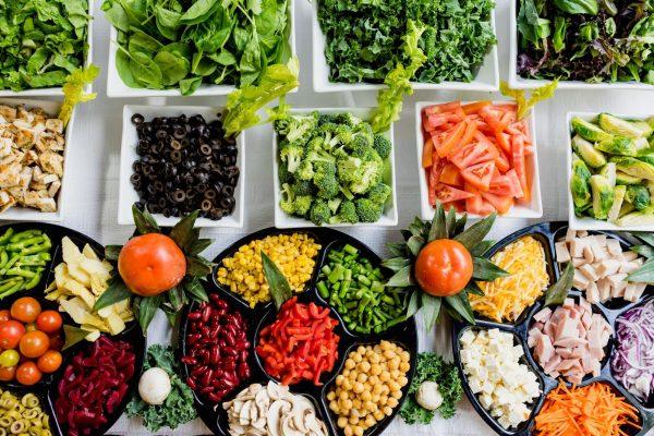 Приложение, которое помогает найти информацию о калориях любимых блюд и вести диетический журнал. Есть даже сканер штрих-кода: сканируете код на упаковке, приложение распознает продукт и определяет, сколько в нём калорий.