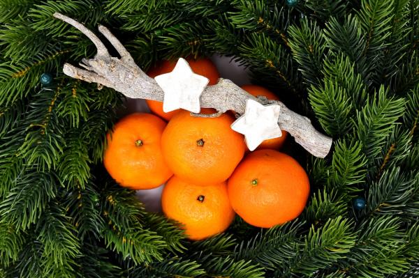 Наверное, это самая новогодняя медитация из всех. Съешьте мандарин осознанно. Возьмите его в руки, подумайте о дереве, на котором он рос. Как цветущее дерево освещает солнышко и поливает дождик