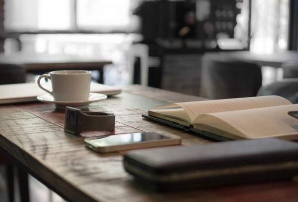 Одна полезная привычка может быть триггером для другой. Попробуйте выстроить цепь событий. Например, после пробуждения вы идете на кухню и завариваете зеленый чай. Чашка с готовым напитком означает, что нужно сесть за стол и включить компьютер. Этот сигнал побуждает проверить почту. Когда все письма прочитаны, пора составлять план на день и приступать к работе