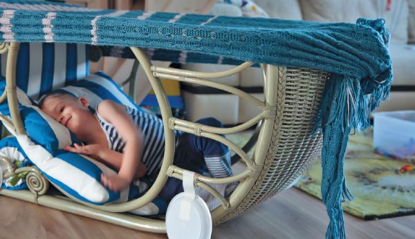 Кто из нас в детстве не любил посидеть под большим обеденным столом, да еще накрывшись одеялом? Или «погнездиться» в загадочном сумраке платяного шкафа...
