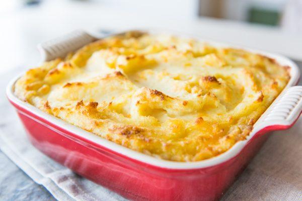Переложите массу в форму для запекания, сверху выложите картофельное пюре и посыпьте паприкой. Выпекайте 30 минут до золотистой корочки. Подавайте горячим.