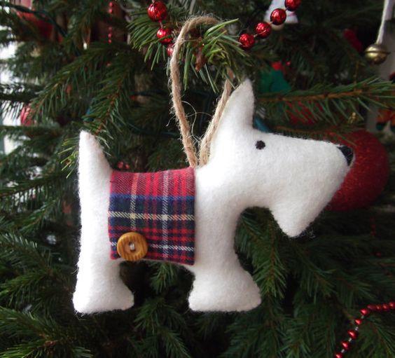 Каждый год делайте фигурку животного, который символизирует наступающий год — собаку, хрюшку, кота или кролика. Мастерите её из картона, фетра, глины, слоеного теста или пластики для лепки