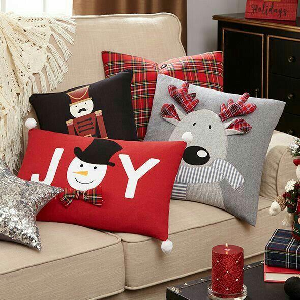 Вместо елки или громоздких гирлянд используйте тематические детали: шторы в рождественских цветах, подушки на креслах, еловый венок со свечами, плед, на котором красуется Дед Мороз.