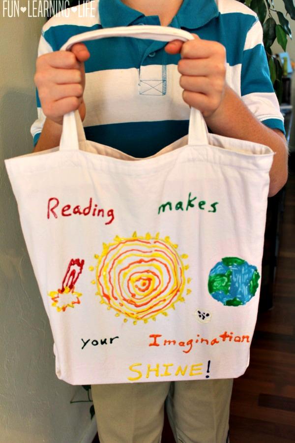 Набор фломастеров для ткани и много воображения — вот что понадобится для создания прекрасной арт-сумки для книг или для покупок!