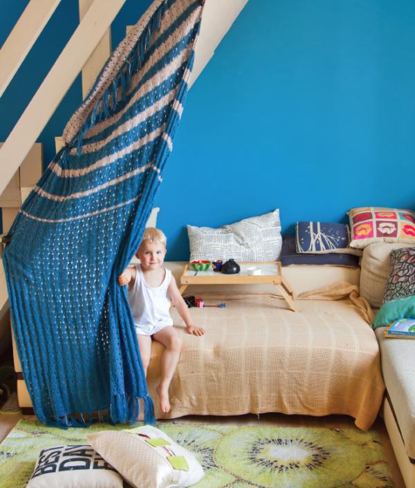 Картон+краски+фломастеры. Можно осуществить и домостроительный проект посерьезнее.