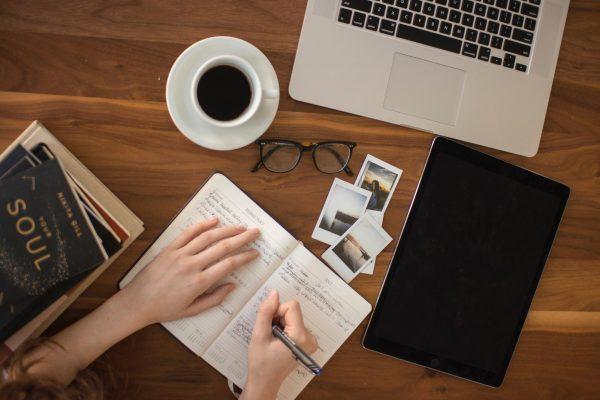 Писать в дневнике можно о чем угодно. Описывайте свои мечты, цели и планы их достижения. Вы можете писать о том, за что благодарны судьбе, или просто задокументировать прошедший день