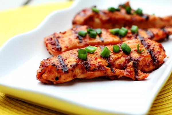 В одном из исследований испытуемым предлагали блюда либо с описательным названием («традиционные луизианские красные бобы с рисом», «сочное филе рыбы по-итальянски», «нежная курочка на гриле»), либо просто с обозначением ингредиентов (например, «красные бобы с рисом»).