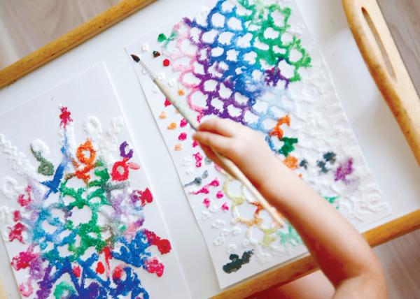 К рисованию на соли необходимо подготовиться заранее. Причем для деток постарше подготовительная часть может стать отдельным интересным занятием.
