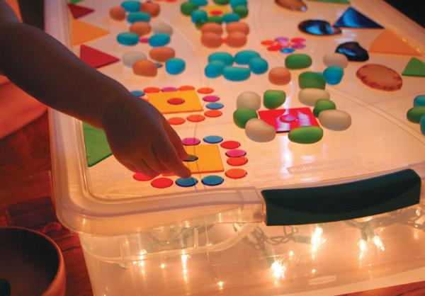 Световой стол — волшебная вещь, которая создаёт праздничное настроение в любое время года. Он продаётся в магазине, но довольно дорого стоит