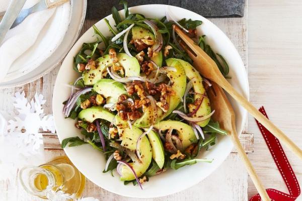 Этот салат украшают хрустящие грецкие орехи и сочный спелый авокадо в сочетании с легкой кремовой заправкой.