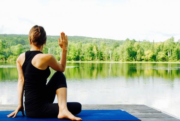 Но практика внимательности сейчас распространяется в ширину, но не в глубину. Благодаря доступности широкого подхода многие люди включили хотя бы небольшие сеансы медитации в свою повседневную жизнь.