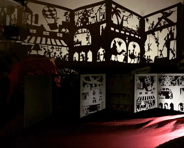 Сотворить такое волшебство поможет книга — «Ночная сказка». Придумала её художница Беатрис Корон. Она создает свои невероятные иллюстрации, вырезая их с помощью канцелярского ножа из листов черной бумаги или плотного нетканого материала.