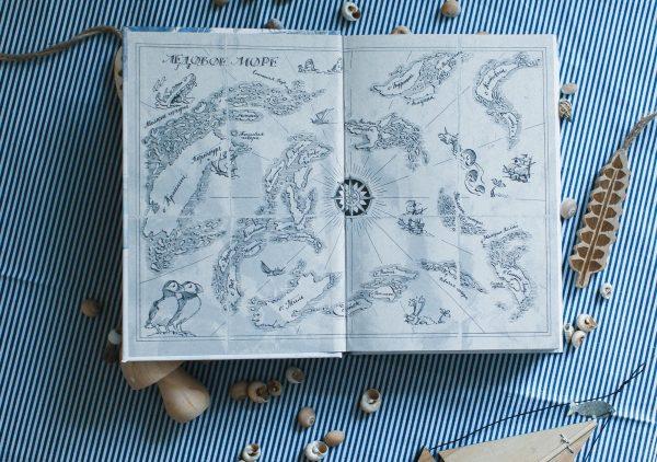 Иллюстраций в книге не много, но по ним можно «прочитать» историю, даже не погружаясь в текст. Форзацы украшает карта Ледового моря — специально состаренная, чтобы она выглядела как карта друга Сири Фредерика.
