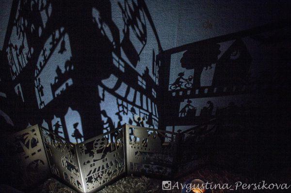Вот летит воздушный шар, прохожий едет на велосипеде, а тут притаился настоящий крокодил. Чтобы книга превратилась в театр, нужно выключить свет и поставить позади неё лампу. И вот оно — настоящее волшебство резных картинок!